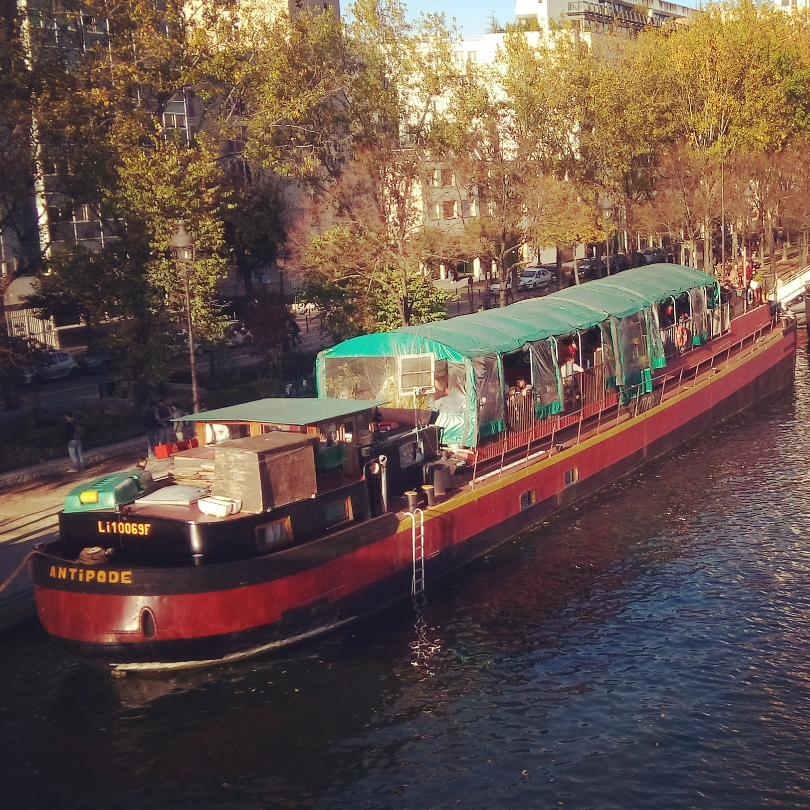 Sunday walk on the parisians canal